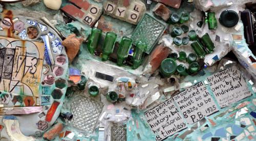 Détail de la décoration murale d'un jardin d'enfants dont chacun appréciera la recherche esthétique.