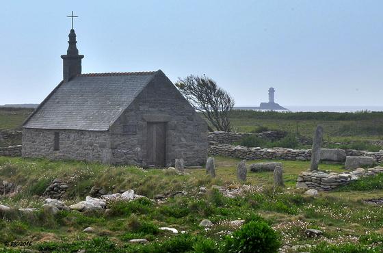 La chapelle St Corentin à la pointe ouest de l'île. En arrière plan, la corne de brune du Gueveur.