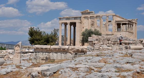 Erechthéion et les Cariatides visibles sur les colonnades de droite